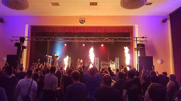 Společně sDogou vystoupily další kapely Alkehol a Septic People.
