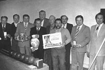 KUŽELNA TJ HAVLOVICE byla zkolaudována 13. 12. 1986. Na snímku zleva Antonín Královec, Jan Jírovec, Jan Němeček, Jaroslav Pivoňka, býv. předseda František Knopp, Josef Švejnoch, Václav Kopecký, Jiří Kupilík, Václav Šteffek a současný předseda Jiří Pivoňka