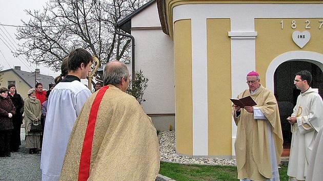 Plzeňský biskup František Radkovský vysvětil opravenou kapli v Koutě na Šumavě.