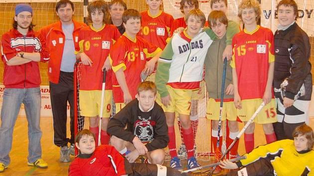 SPOLEČNÉ FOTO. Na snímku je Jakub Kulhánek (číslo 15) se svými bývalými spoluhráči FbC Domažlice, se kterými ještě vloni hrál Plzeňsko–karlovarskou divizi.