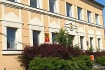 Poštovní úřadovna se v Draženově nachází v budově bývalé školy, kde dnes sídlí obecní úřad.
