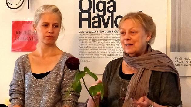 Z vernisáže výstavy věnované osobnosti - Olze Havlové. Z VERNISÁŽE VÝSTAVY. Zprava ředitelka VDV – Nadace O. Havlové Milena Černá a manažerka Monika Granja.