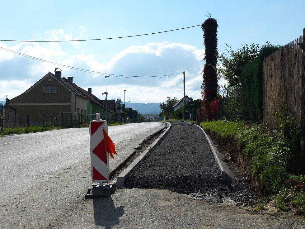 V Bělé nad Radbuzou vyrůstají chodníky.