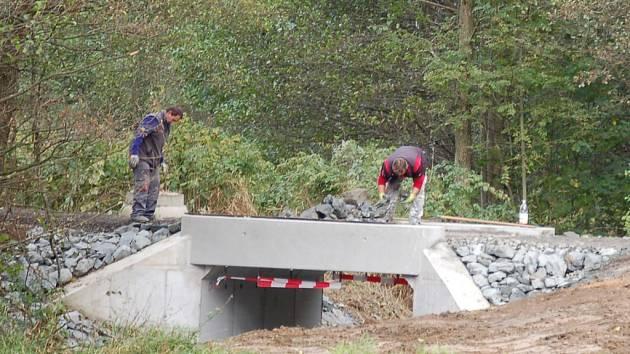 Most na Valše v těchto dnech opravují dělníci.