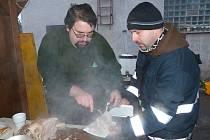OVAR. O jeho porcování a také o tři kotle s pochoutkami se starali poběžovičtí dobrovolní hasiči Michal Mráz (vlevo) a David Martínek.