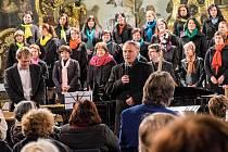 Farář P. Miroslaw Gierga vyzývá posluchače k minutě ticha za oběti masakru v Paříži.