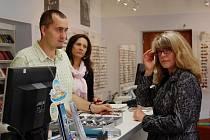 MARCELA STRÁDALOVÁ byla jednou ze zákaznic, která si během dopolední směny redaktora Domažlického deníku v domažlické pobočce Axis optik vybírala obroučky pro své nové brýle.