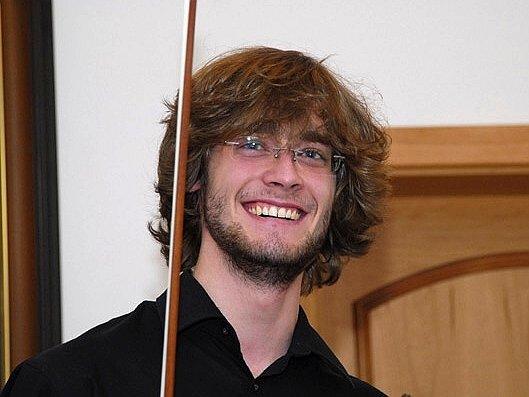 Eduard Bayer je přesto, že se už řadu let pohybuje hlavně v cizině, kde také po absolvování konzervatoře studoval, stále doma na Chodsku.