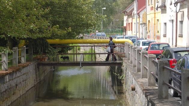 Lávka v ulici Npor. O. Bartoška