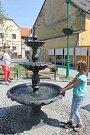 Po oficiálním křtu začala voda ve fontáně zurčet.
