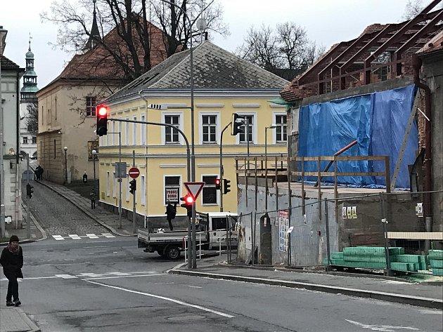 Vulici Komenského byla na několik hodin odkláněna silniční doprava přes ulici Mánesova do ulice Benešova.
