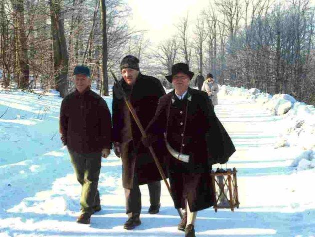VZHŮRU NA ČERCHOV. Zimní idylku si spolu s turisty užili (zleva) ředitel domažlických lesů Jan Benda, starosta Waldmünchenu Franz Löffler s ponocným Franzem  Priflingem.