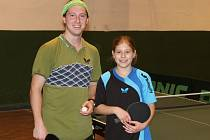 Nadějná stolní tenistka Jiskry Domažlice Zdeňka Marešová na snímku se staňkovským rodákem Janem Kubátem.