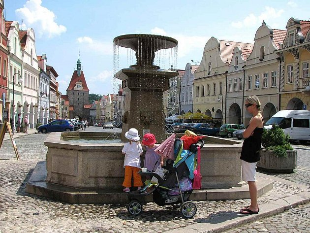Vítanou zastávkou při procházce centrem Domažlic je pro turisty i místní osvěžení u kašny.
