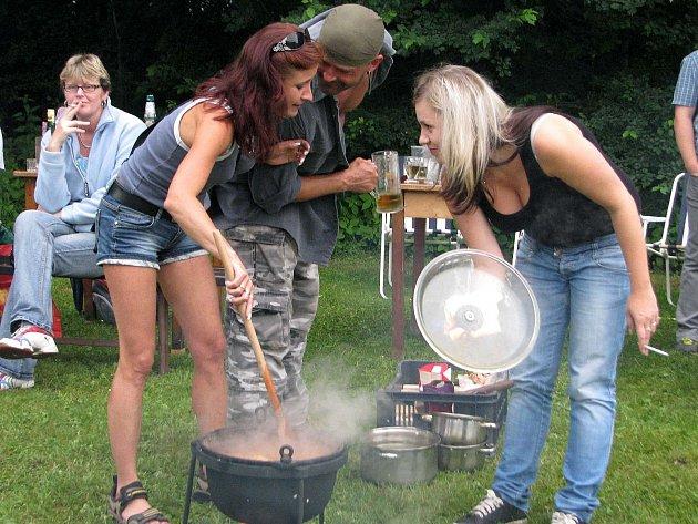 Vaření kotlíkového guláše. Ilustrační foto.
