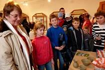 Návštěvníci takto pozorně sledovali při práci nejen Martina Volfa, ale i ostatní řemeslníky.