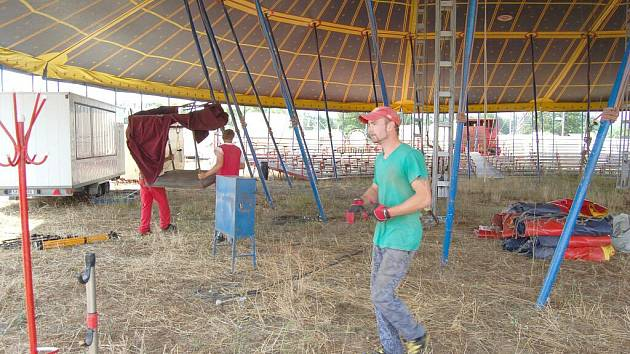CIRKUSÁCI spolu s deseti dělníky staví v Horšovském Týně cirkusové šapitó, do něhož se vejde na 600 diváků.