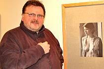 Fotograf Josef Fantura s jednou ze svých fotografií, které vystavuje v domažlické Galerii bratří Špillarů.