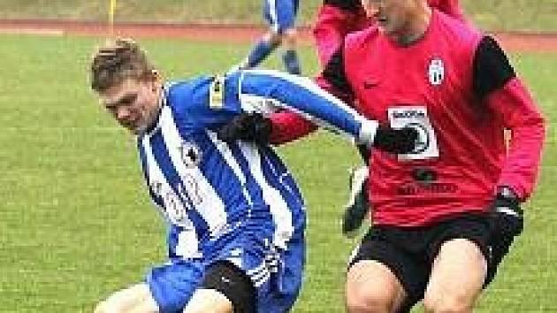 Jiří Bárta v modrobílém dresu Jiskry Domažlice v utkání s FK Mladá Boleslav B.