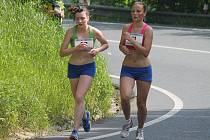 Jana Hinterholzingerová (vlevo) s oddílovou kolegyní Janou Brantlovou na snímku z letošního Běhu na Čerchov.