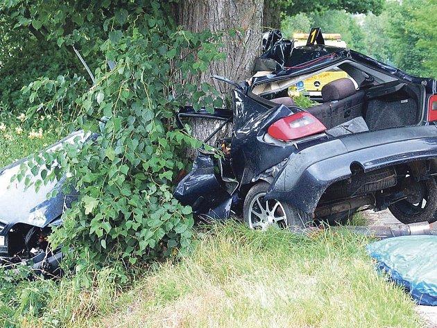 Tragická nehoda u Hamru. Dvaadvacetiletý řidič citroënu náraz do stromu nepřežil