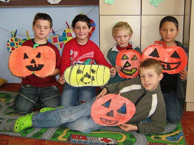 Třeťáci ze zŠ Mrákov si vyprávěli o Halloweenu a malovali halloweenské dýně.