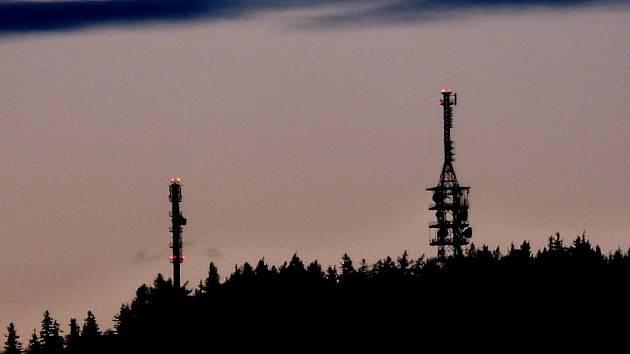 VRANÍ VRCH. K televiznímu vysílači přibyl další, který přenáší signál mobilních telefonů (vlevo). Co se týče televizního vysílání, zůstalo na Vraním vrchu vše při starém.