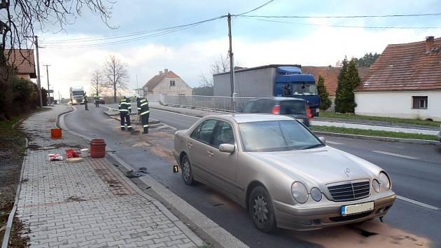 Řidič tohoto vozu si kvůli své neopatrnosti na ostrůvku v Březí prorazil vanu.