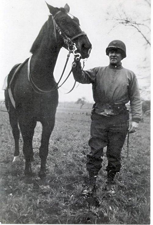 Plukovník 2. jezdecké skupiny Charles Hancock Reed s jedním ze zachráněných koní. Foto: Vojenský historický ústav v Praze