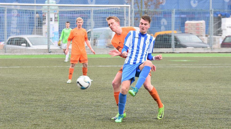 Fotbalisté Jiskry do devatenácti let prohráli v premiéře divizního jara doma s favorizovaným týmem Rokycan těsně 1:2. Na snímku je v modrobílém dresu domažlický Lukáš Sobolík, kterého brání hostující fotbalista Filip Stejskal.