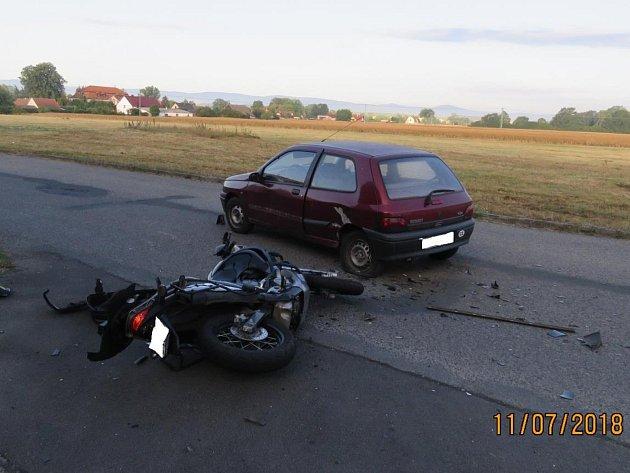 Řidič motorky utrpěl zranění a na stroji vznikla škoda za 100tisíc.