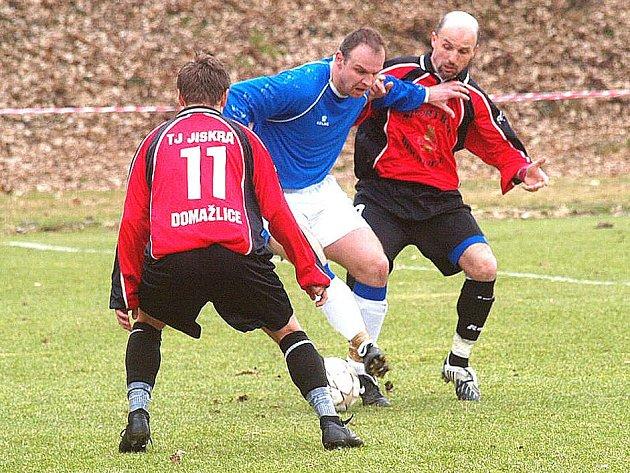 Fotbalisté divizních Domažlic prohráli v Hořovicích 2:1.