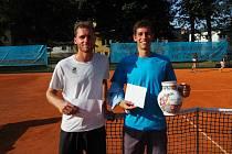 V tenisovém Přeboru Chodska triumfoval Antonín Štěpánek (vpravo) před Matějem Cintlem.