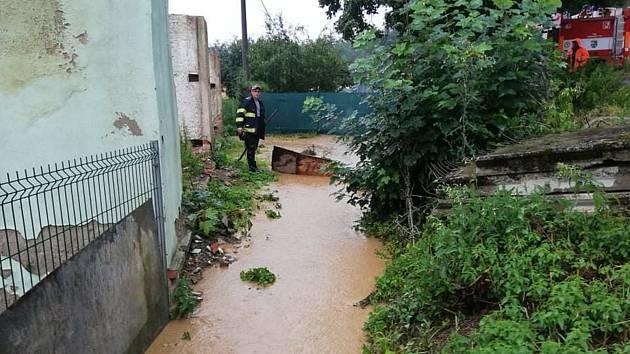 Hasiči museli v Horšovském Týně odčerpávat vodu hned dva dny po sobě. Foto: SDH H. Týn