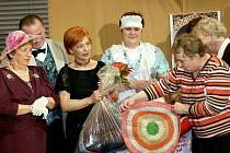 Překvapení byli pasečničtí ochotníci, když jim Vendula Klimentová předala  háčkované sedáky, které pro ně  vyrobily seniorky.