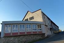 DRAŽENOVSKÁ RYCHTA, za ní sál kulturního domu. Draženovští počítají, že by nad touto restaurací mohlo vyrůst pět bytů.