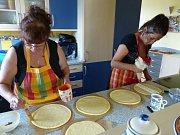 Jak se připravují a zdobí koláče na Horním Chodsku nám předvedly (zleva) Marie Langová a Jana Zuberová z Postřekova.