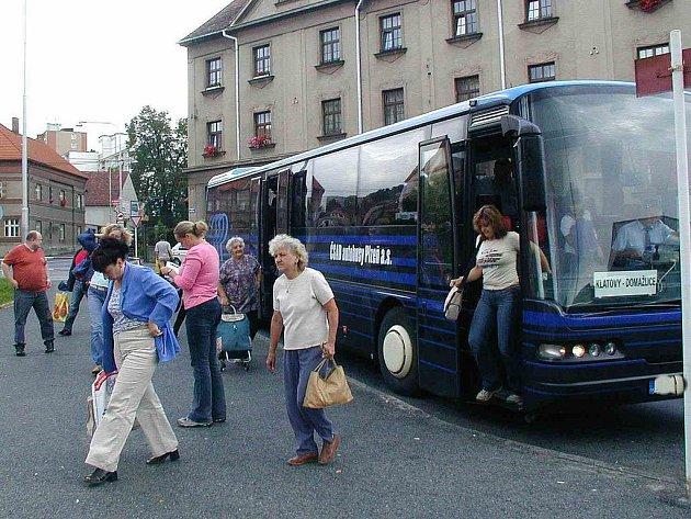 Ilustrační foto z domažlického nádraží ČSAD. Řidiči autobusů nikdy neví, jaké cestující povezou, případně s kým se mohou dostat bez vlastního zavinění do konfliktu.