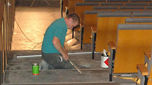 DĚLNÍCI finišují se stavebními úpravami v domažlickém kině Čakan. Zbývá položit lino a vymalovat promítací kabinu.