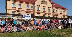 Společný snímek účastníků velkého volejbalového klání v Koutě na Šumavě.