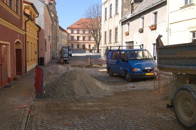 Stavební práce v domažlických ulicích, pátek 16. března 2012.