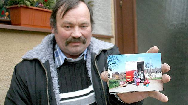 Milan Kryštof ukazuje fotografii z doby, kdy jezdil s mnohem větší pojízdnou prodejnou, v níž nakupovali desítky lidí.