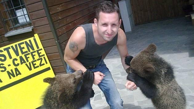 Petr Schröpfer s medvíďaty Martinem a Agátou na Čerchově.