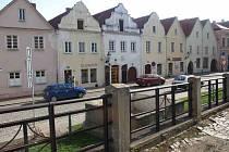 Opravu šesti historických domů na náměstí v Horšovském Týně financuje rovným dílem ze své pokladny město a Ministerstvo kultury ČR. Opravy se týkají domů s číslem popisným 94 až 99, tedy rohového domu, kde se nacházejí veřejné toalety.