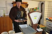 SMOLOVSKÝ BAŠTÝŘ Miroslav Bárta má v těchto dnech napilno. Začal vánoční prodej ryb z vlastního chovu.