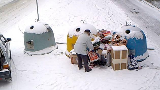 V DOMAŽLICÍCH kamery už pomáhají odhalit lidi, kteří se u kontejnerů na tříděný odpad zbavují věcí, jež tam nepatří.