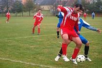 FOTBALISTÉ MRÁKOVA podlehli Diossu Nýřany 1:2. Na snímku se snaží mrákovský Kohout obrat o míč nýřanského Alieva.