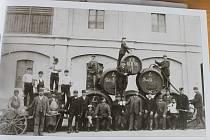 Zaměstnanci pivovaru v Domažlicích v roce 1890.