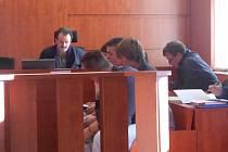 Mladíci se u soudu zpovídají z výtržnictví.