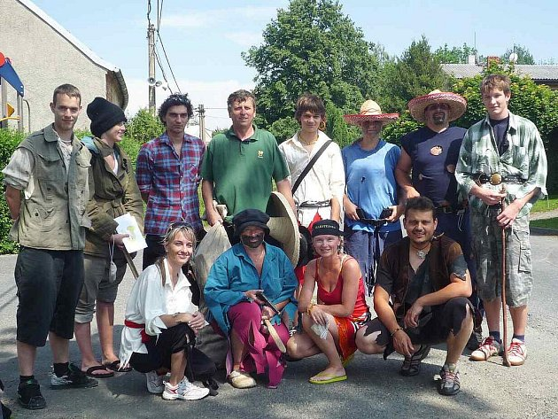 NÁSTUP LOUPEŽNÍKŮ. Loupežníci čekali na draženovská děvčata a chlapce na startu u jedné z tamních bytovek.